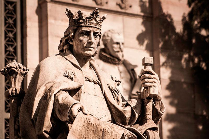 Estatua de Alfonso X el Sabio en la Biblioteca Nacional