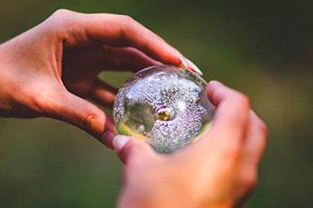 Hay quien ve el sino en bolas de cristal
